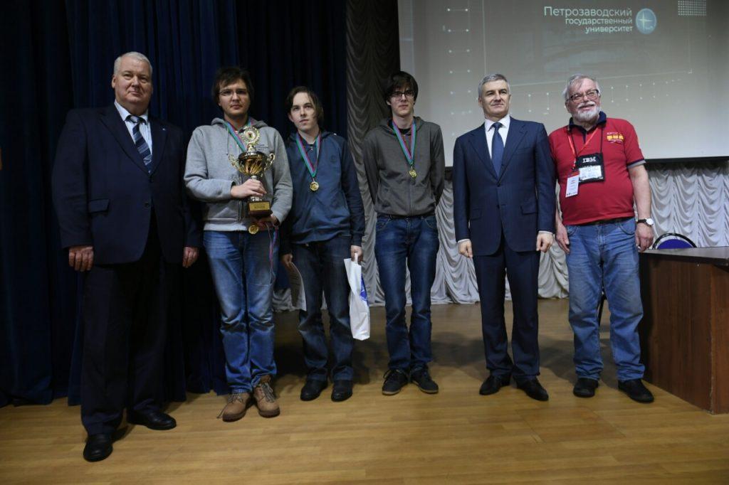 Артур Парфенчиков с победителями кубка главы Карелии по спортивному программированию