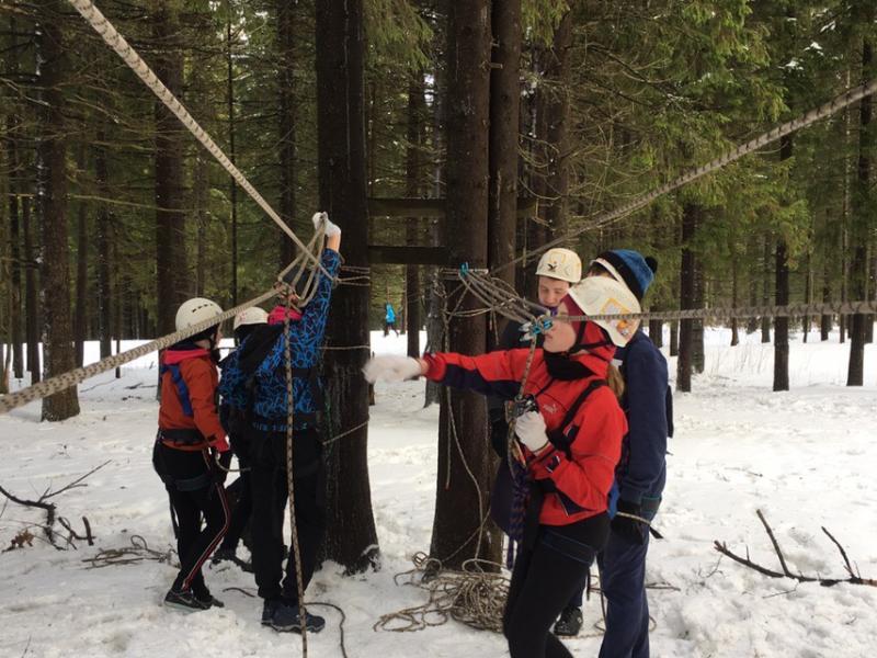 Тренировка туристов в лесу