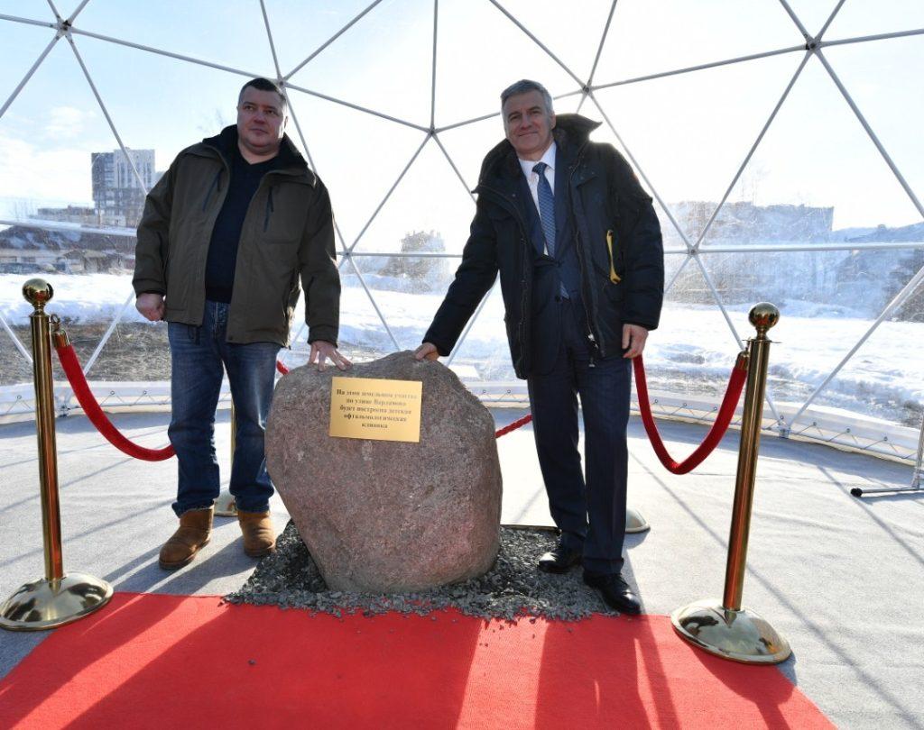Памятный знак на месте строительства новой клиники заложили Олег Ковригин и Артур Парфенчиков