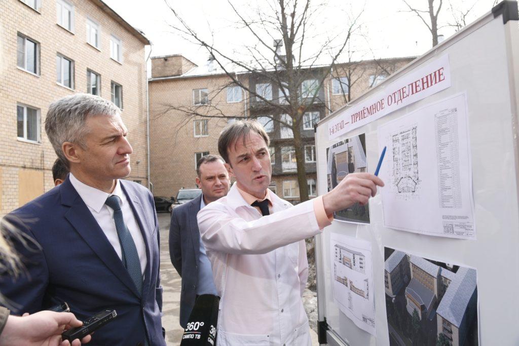 Артуру Парфенчикову показывают план реконструкции здания БСМП Петрозаводска