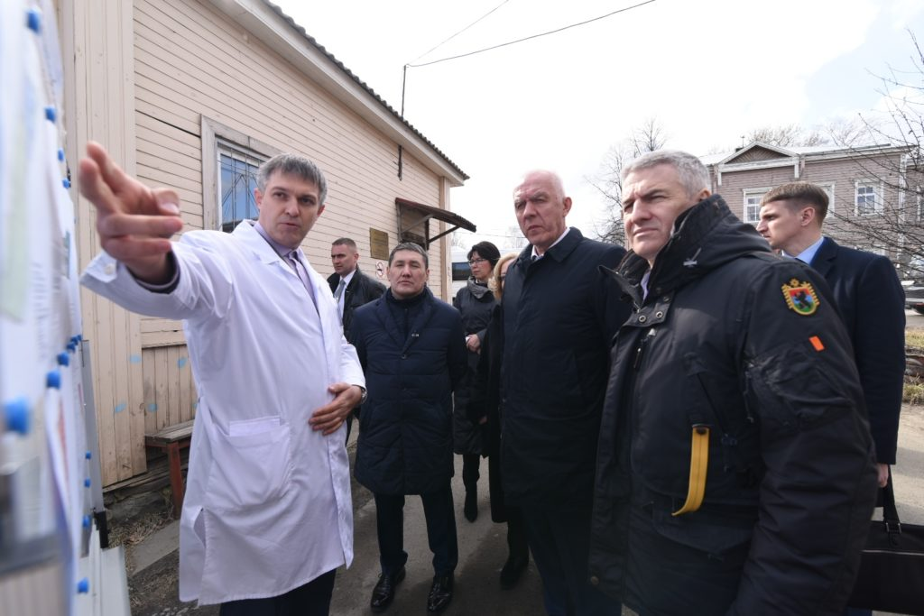 Александру Гуцану и Артуру Парфенчикову показывают проект нового здания бюро судмедэкспертизы в Петрозаводске